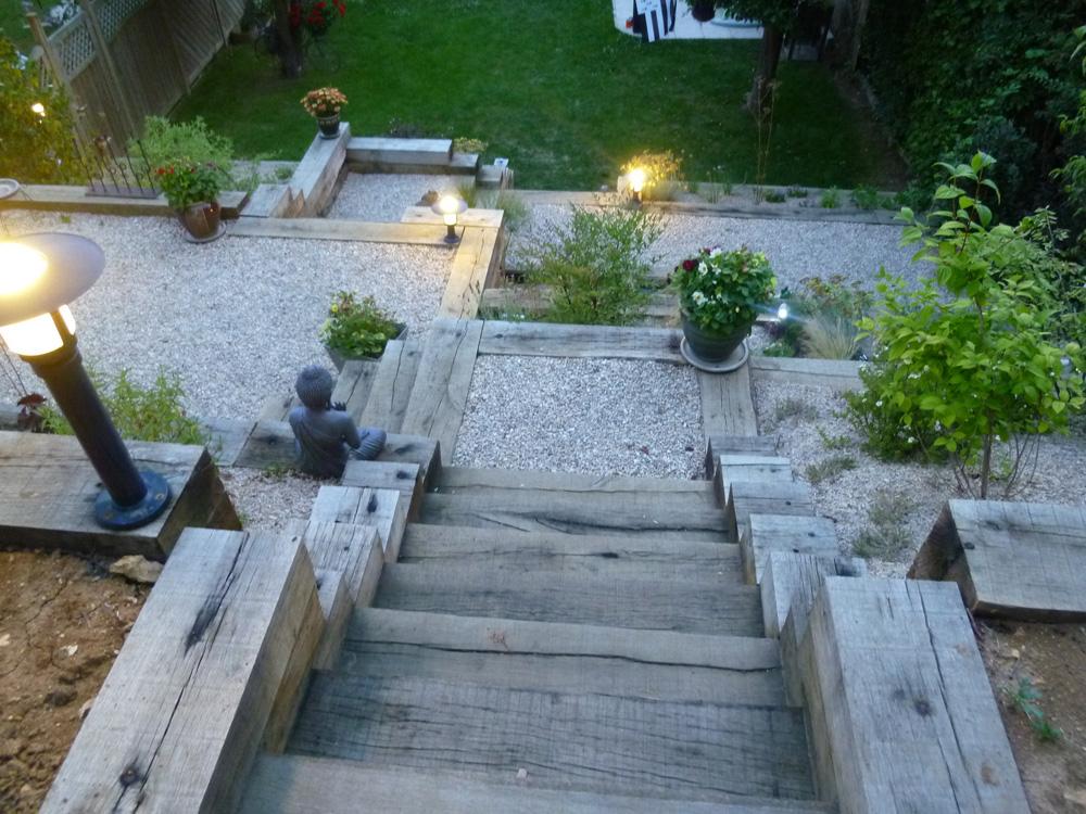 3 moyens d apprivoiser un jardin en pente jardinier conseil for Escalier exterieur en traverse de chemin de fer